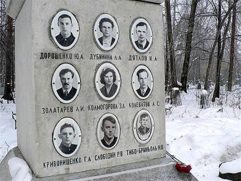 Dyatlov vakasında ölen gençler adına yapılan anıt mezar